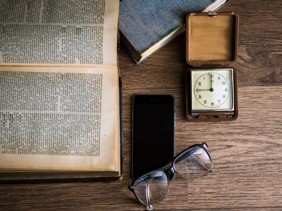 libro, cellulare, orologio, occhiali da vista, cellulare, legno, contenitore, retrò