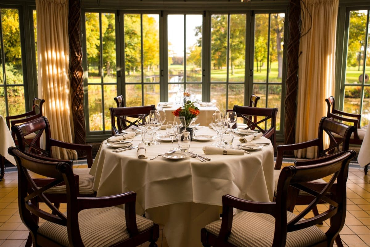Tablica, namještaj, dizajn interijera, pribor za jelo, unutarnji prostor, prozor, stolica, blagovaonica