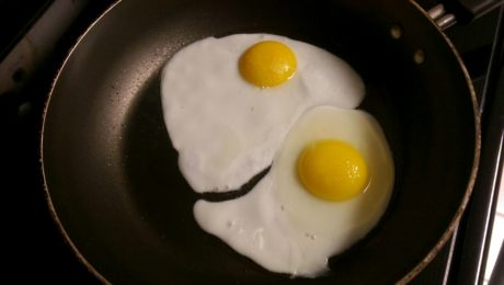 cholesterolu v krvi, vaječný žloutek, jídlo, kuchyňské nádobí, pánev, vaječný bílek, vajíčko, snídaně
