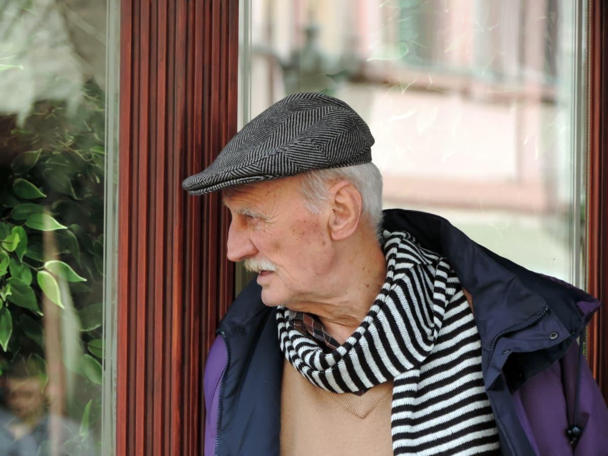 pensjonist, mann, folk, stående, vinduet, eldre, utendørs, gate