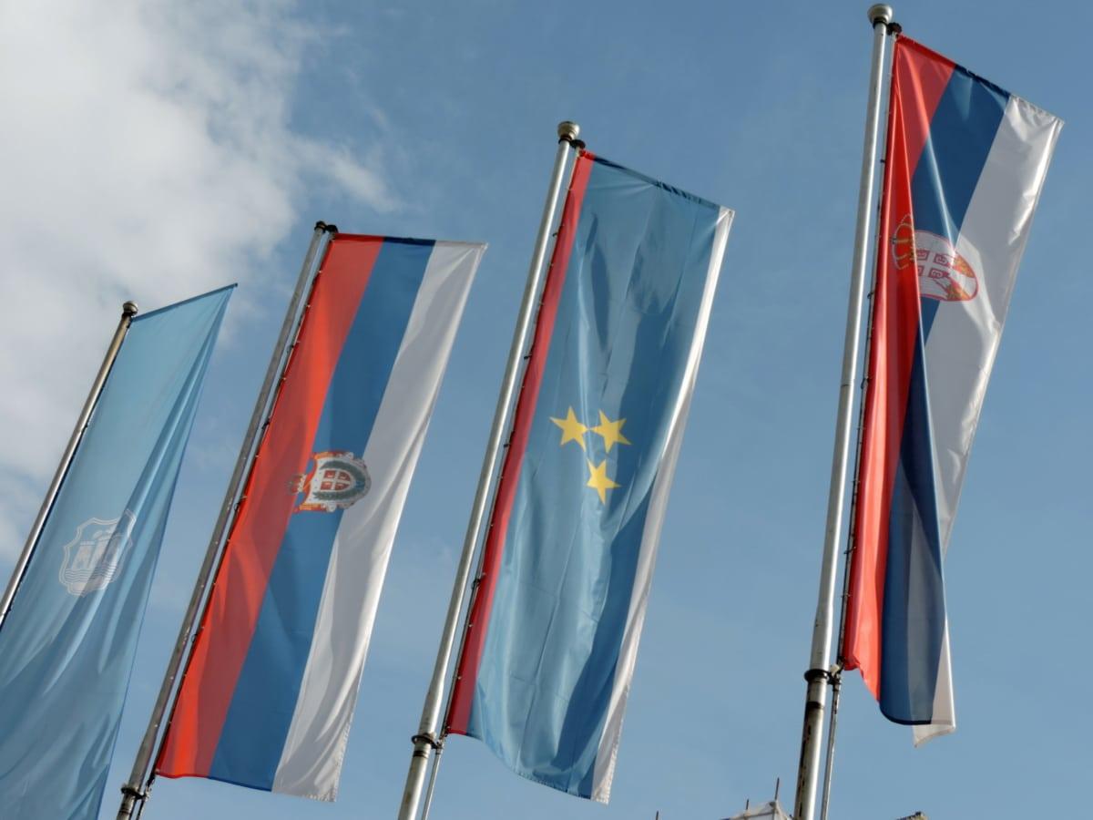 modrá obloha, Srbsko, státní znak, hůl, vlajka, vlastenectví, vítr, národní