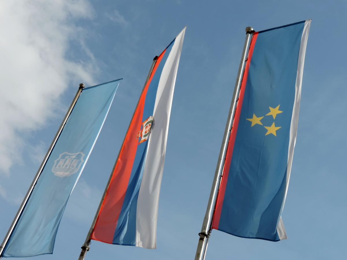 błękitne niebo, patriotyzm, Serbia, godło, pracownicy, Administracja, Flaga, wiatr