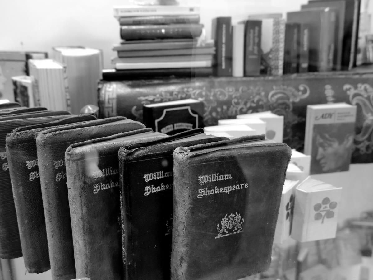 musta ja valkoinen, kirjat, keskiaikainen, hylly, sisätiloissa, yksivärinen, teollisuus, huonekalut