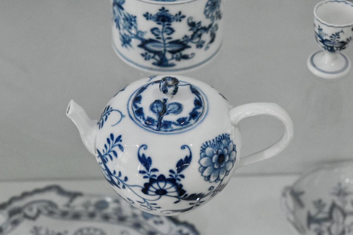 กาน้ำชา, ถ้วย, เครื่องเคลือบดินเผา, บนโต๊ะอาหาร, เครื่องปั้นดินเผา, รูปแบบการ, แบบดั้งเดิม, ตกแต่ง