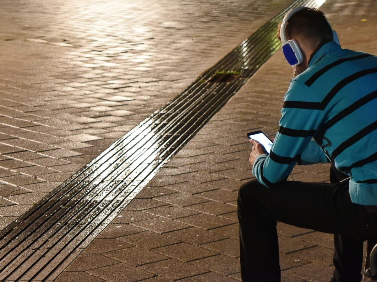 gutt, mobiltelefon, musikk, natt, regn, våte, folk, mann, gate, byen