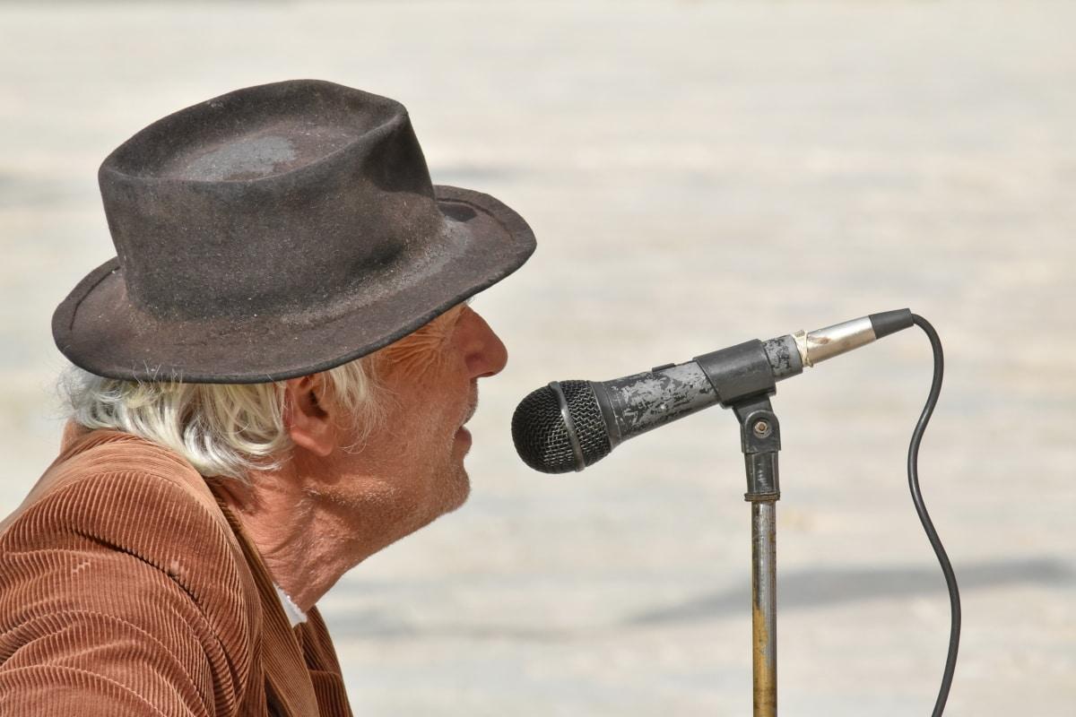 mikrofon, zpěvák, hudba, muž, starší pacienti, staré, venku, starší, volný čas, lidé