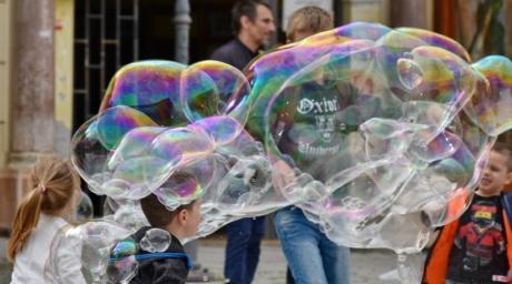 バブル, 子供の頃, 子, 通り, 再生, 人々, 楽しい, 子, 色, モーション