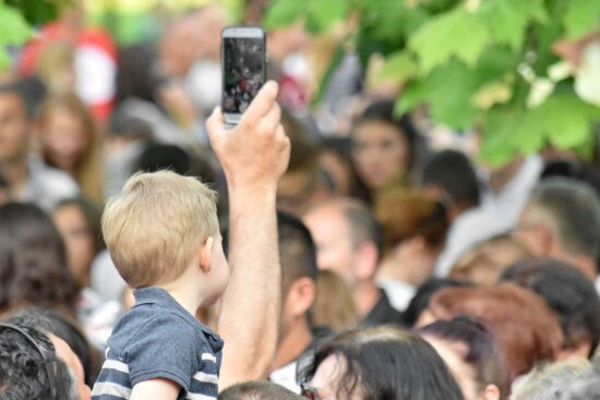 cellphone, child, crowd, spectator, people, photographer, group, many, woman, festival