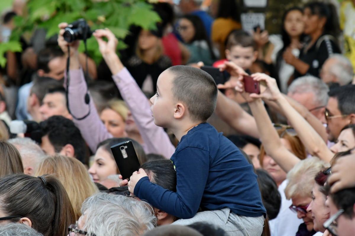 barn, skulder, spektakulære, tilskuer, fotograf, gruppe, mange, festivalen, publikum, folk