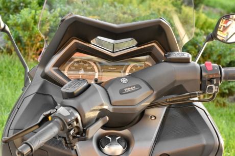 gearshift, mirror, motorcycle, speedometer, sunshine, windshield, transportation, outdoors, vehicle, chrome