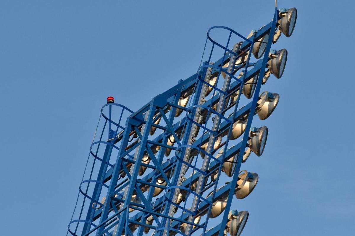 grande, detalle, lámpara, reflector de, en la nube, cielo azul, cable, construcción, dispositivo, eléctrica