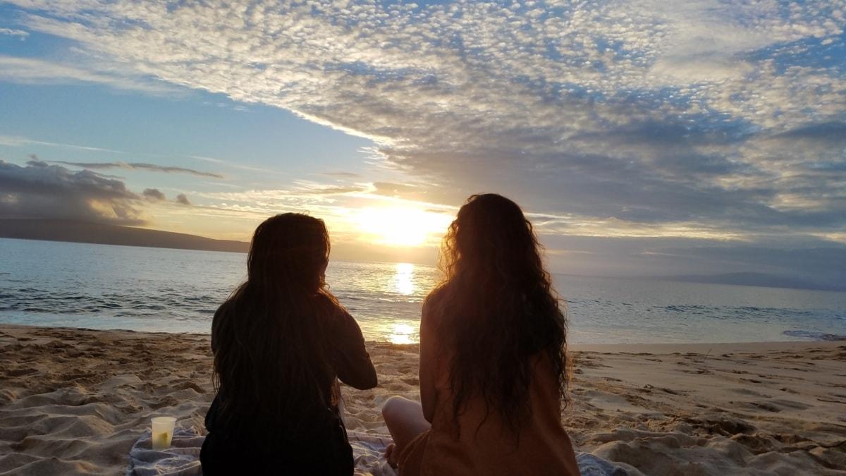 stranden, lugn, vänskap, Snygg tjej, avkoppling, avkopplande, solnedgång, kusten, gryning, solen