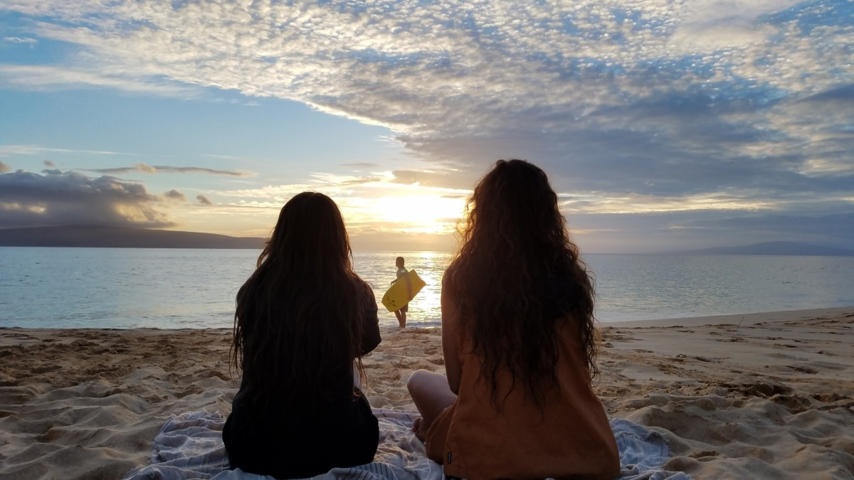 παραλία, απόλαυση, το βράδυ, φίλοι, Όμορφο κορίτσι, χαλάρωση, καλοκαιρινή σεζόν, surfer, συντροφικότητα, γιόγκα