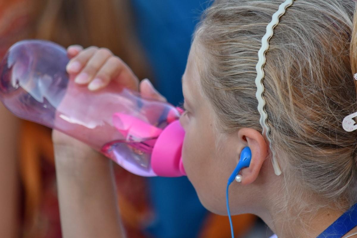 Wasser in Flaschen, Wasser zu trinken, Hübsches Mädchen, untergeordnete, Sommer, Spaß, Mädchen, Menschen, niedlich, Natur