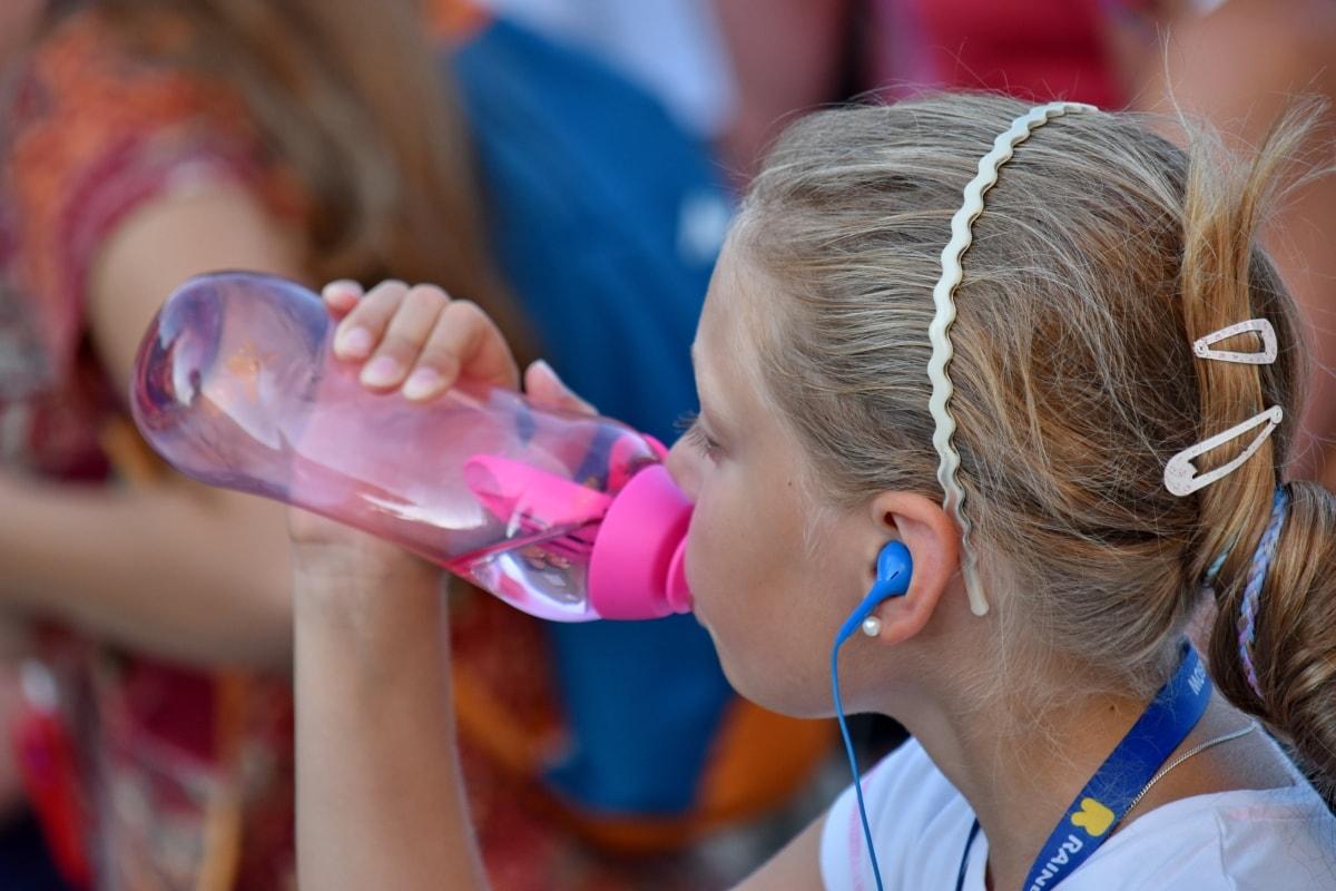 woda butelkowana, dziecko, tłum, wody pitnej, słuchawki, fryzurę, turystyczna, Latem, zabawa, ludzie