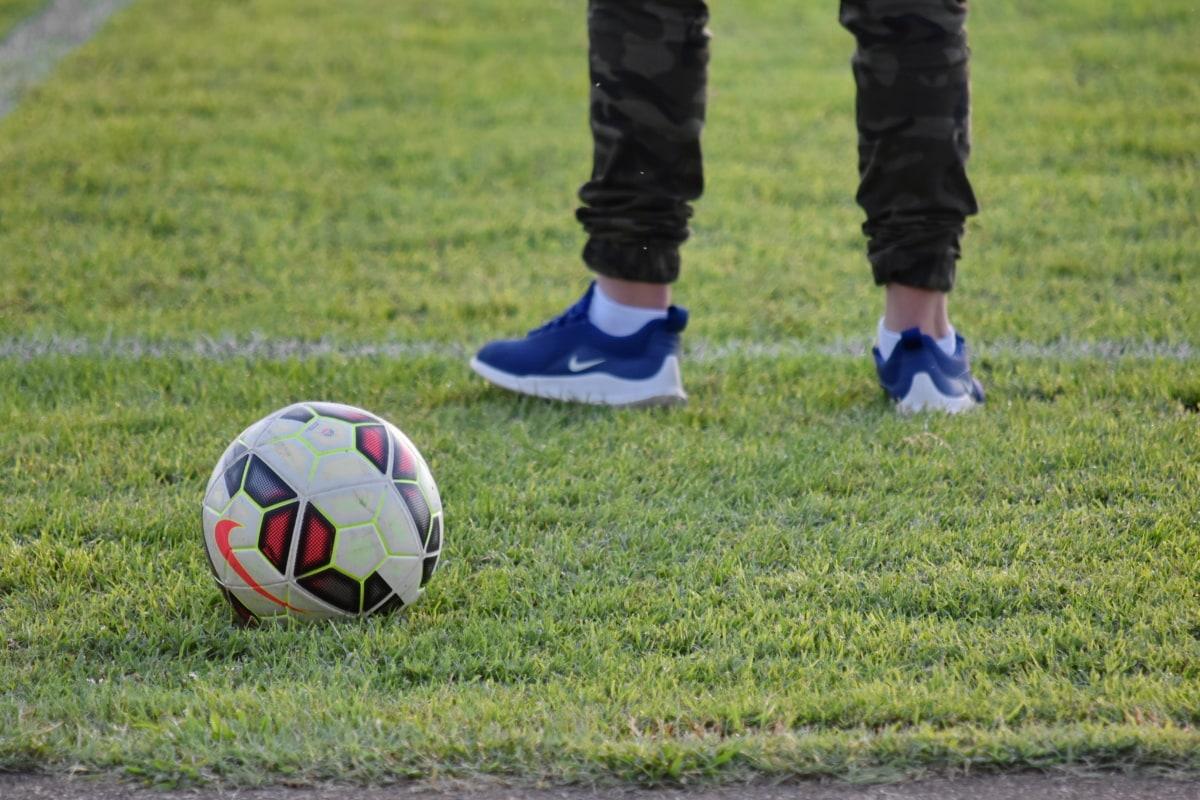 足球, 足球运动员, 体育, 足球, 设备, 游戏, 足球, 球, 草, 脚