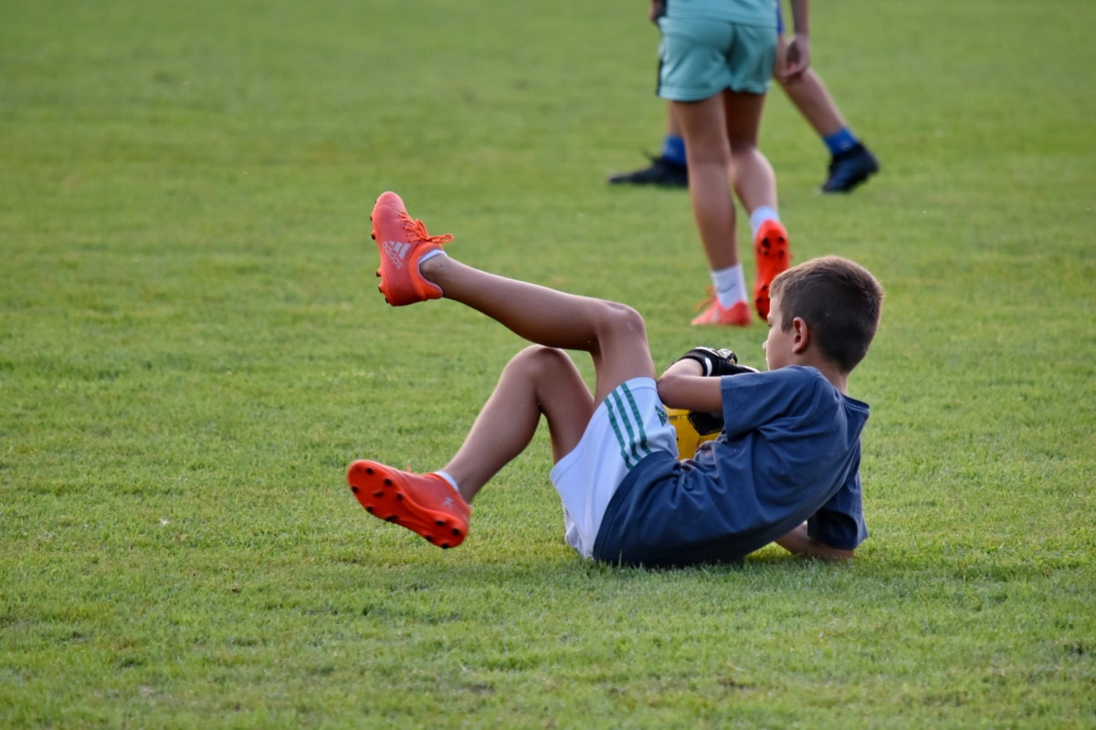 copil, defensiv, jucător de fotbal, fotbal, minge de fotbal, iarba, echipamente, Sport, mingea, joc