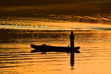 beautiful photo, fisherman, paddle, silhouette, water, lake, dawn, sunset, reflection, beach