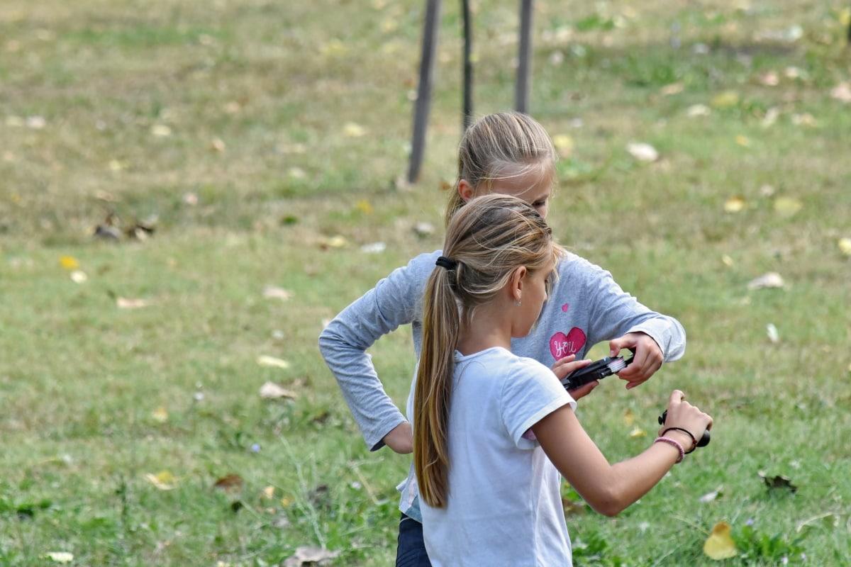 Sarı saçlı, dostluk, kızlar, Tatlı kız, kız kardeş, Beraberlik, oyuncaklar, çimen, doğa, açık havada