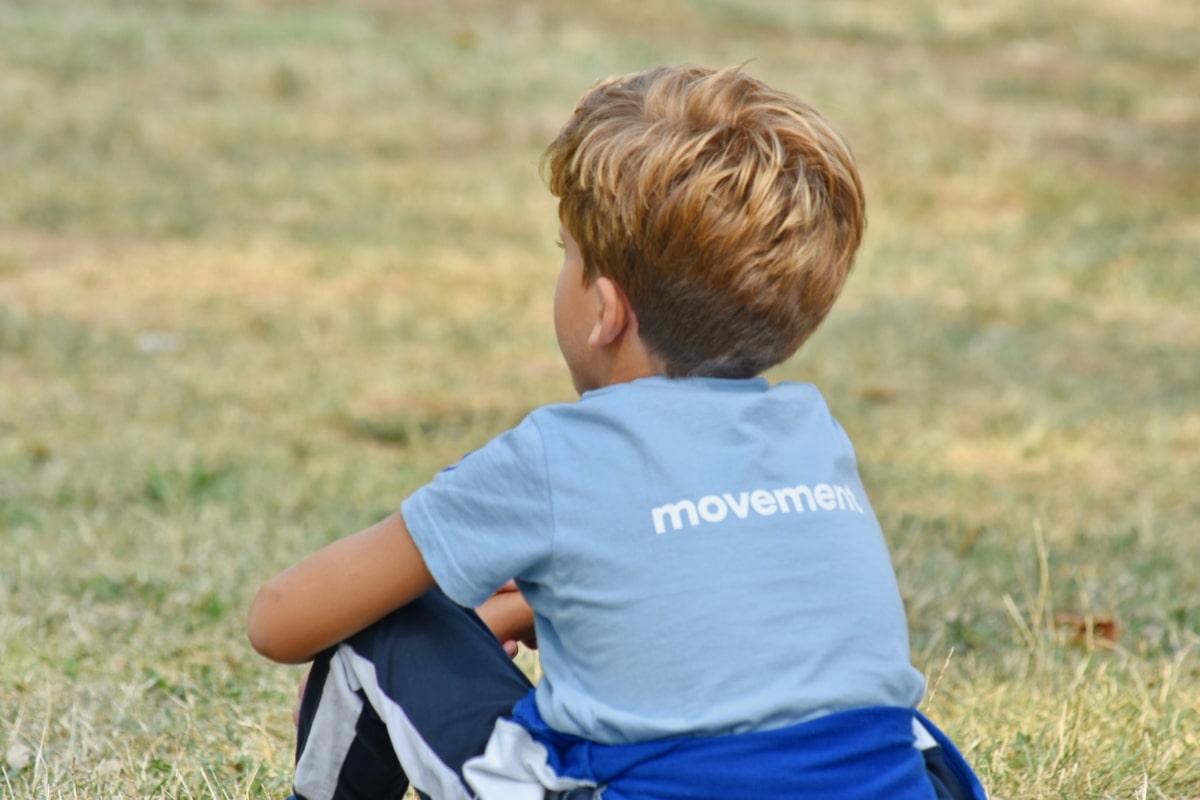 plava kosa, dječak, opuštanje, školsko dijete, školarac, sjedeti, priroda, trava, na otvorenom, dijete