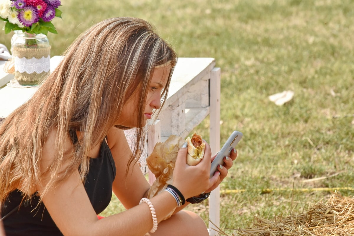 teléfono móvil, modelo de fotografia, día de campo, Guapa, emparedado, verano, mujer, naturaleza, al aire libre, césped