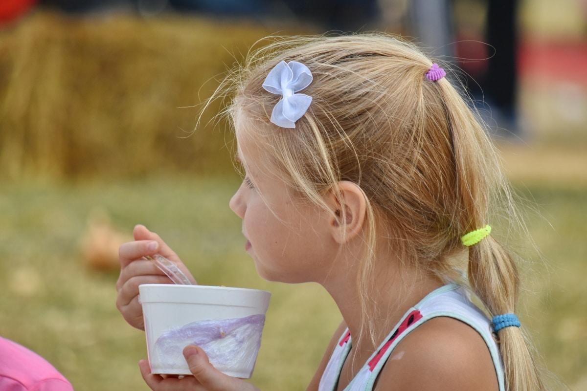 морозиво, Симпатична дівчина, школа дитини, чайна ложка, привабливі, Красивий, Блондин, світле волосся, дитина, дитинство