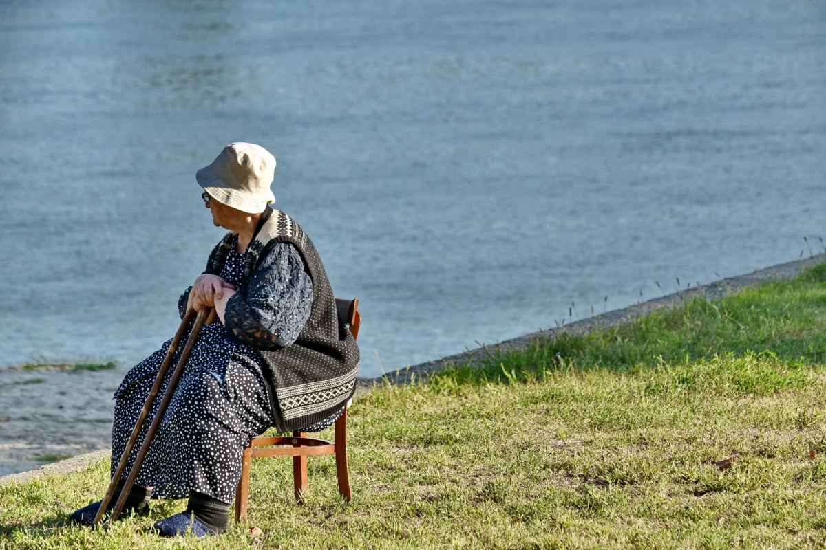 椅子, 高齢者, 祖母, 帽子, 年金受給者, リラクゼーション, 川岸, シニア, 横から見た図, スティック