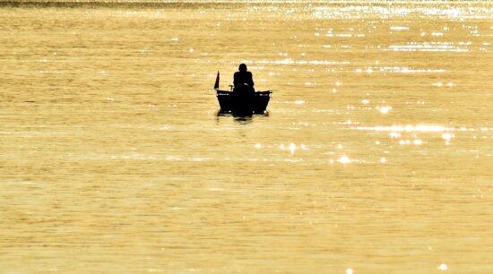 vzdialenosť, rybár, rybársky čln, zlatistá žiara, tieň, silueta, voda, pádlo, loďou, pláž