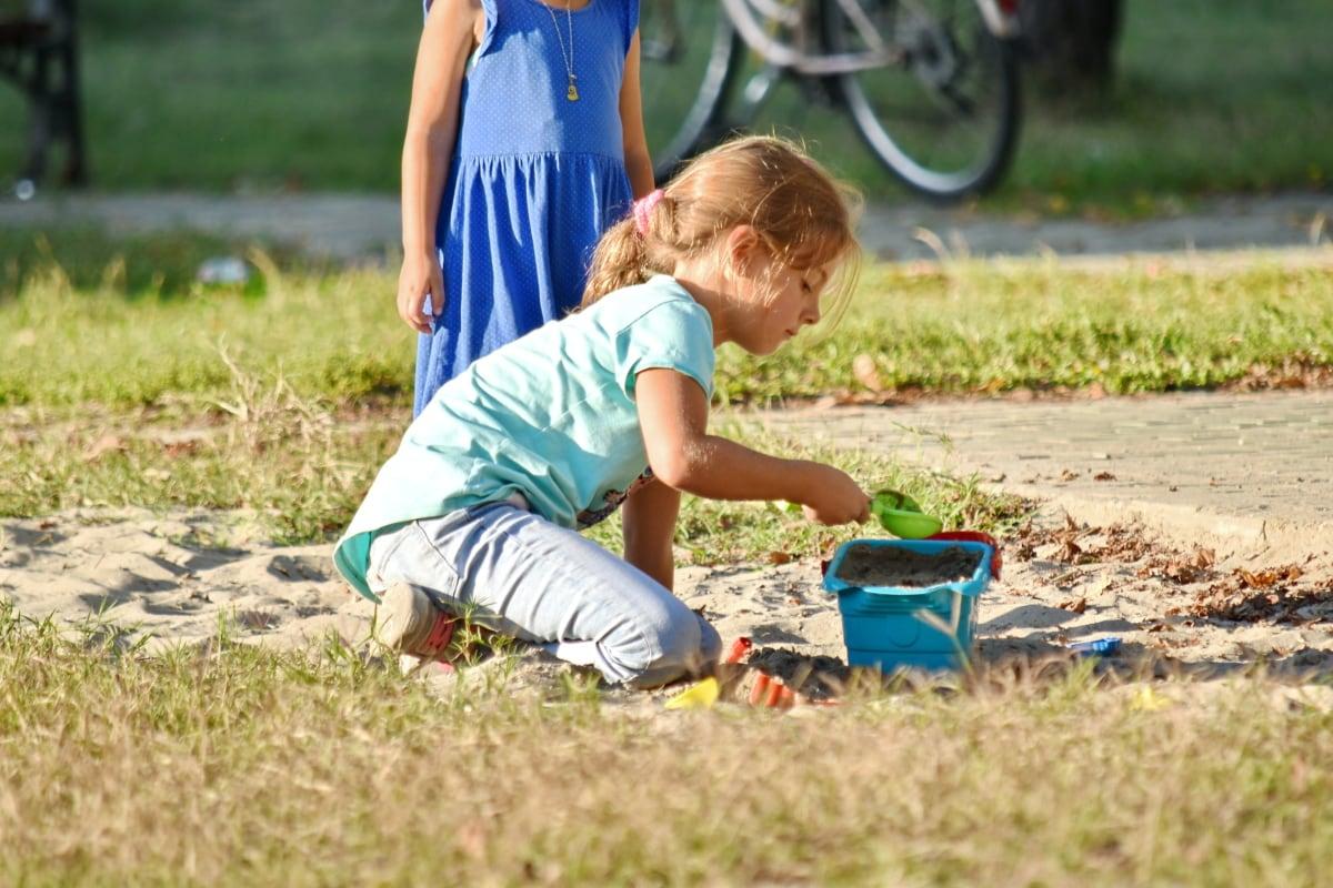 어린 시절, 아이 들, 놀이터, 재생, 예쁜 소녀, 모래, 장난감, 아이, 잔디, 재미