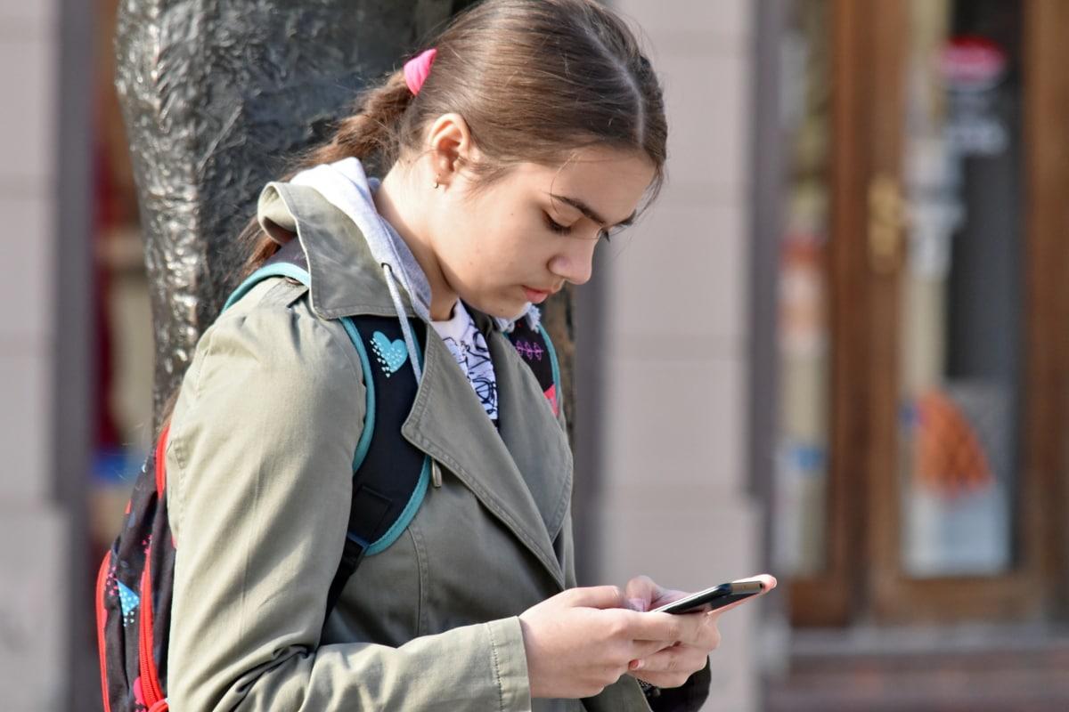 mobiltelefon, student, tenåring, telekommunikasjon, ung kvinne, gate, utendørs, stående, pen, Urban