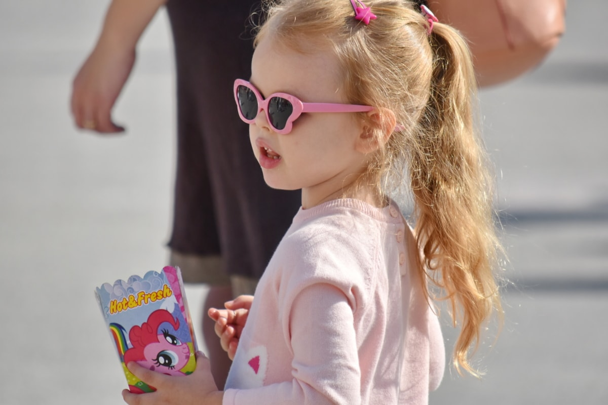 ξανθά μαλλιά, Μόδα, αθωότητα, ποπ-κορν, Όμορφο κορίτσι, Πλάγια όψη, γυαλιά ηλίου, ελκυστική, πορτρέτο, το παιδί