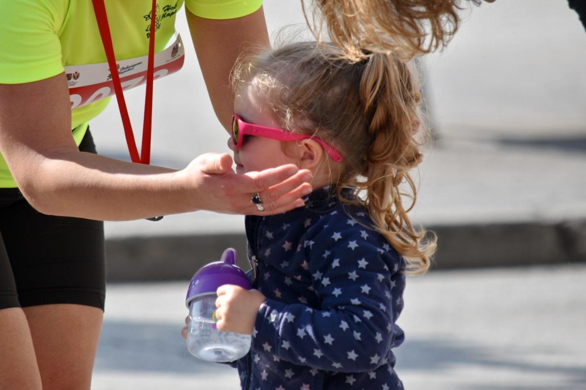 flaskevand, barndom, drikkevand, familie, hænder, kvinde, sommer, barn, sjov, udendørs