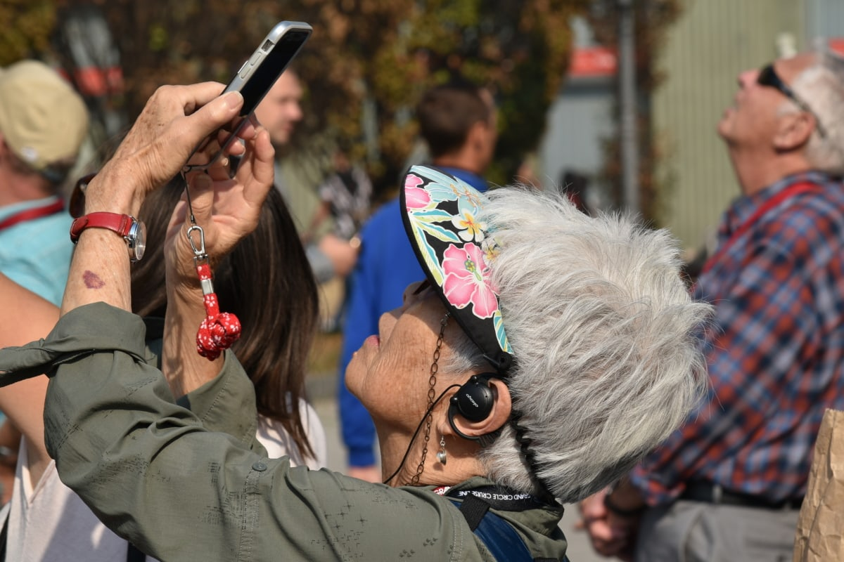 slušalice, starije osobe, šešir, mobilni telefon, umirovljenik, fotograf, turista, žena, ljudi, ulica