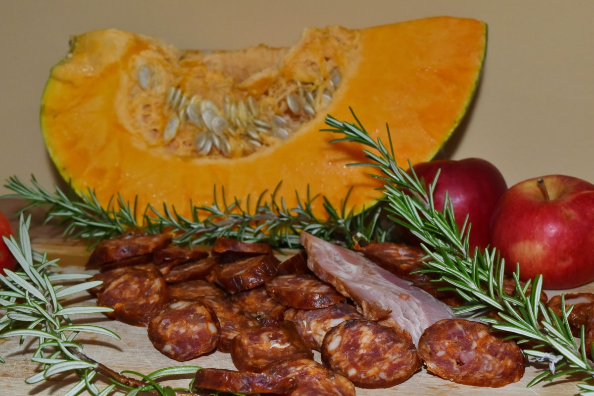 apples, bacon, pumpkin, rosemary, sausage, meal, restaurant, meat, dinner, vegetable