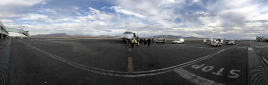 搭乗, 滑走路, 飛行機, 空港, 道路, 交通, 車両, トレーラー, トラック, 航空機
