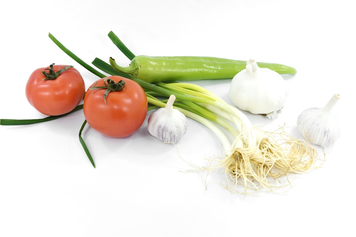 chives, garlic, pepperoni, tomatoes, wild onion, vegetables, tomato, onion, food, vegetable