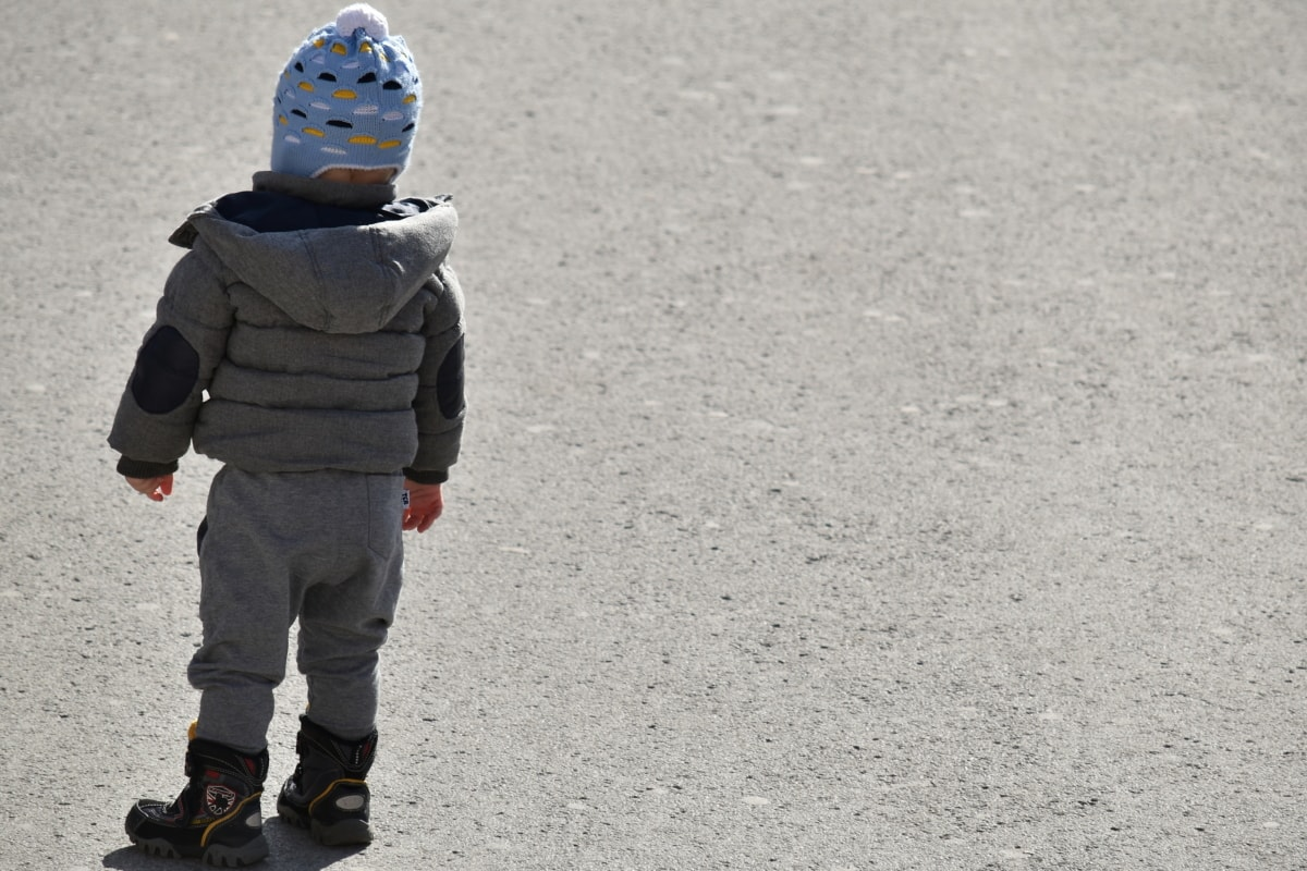 bebé, pasos, niño, caminando, invierno, niño, chico, calle, vertical, frío