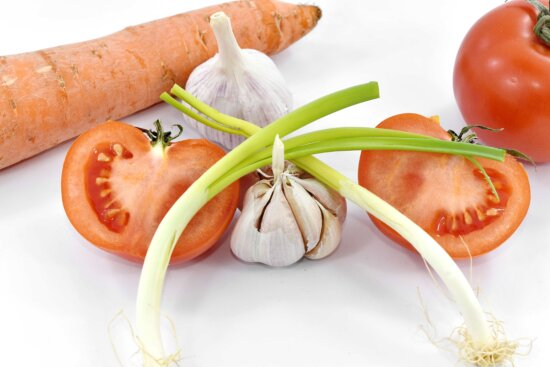 aroma, carrot, chives, garlic, spice, tomatoes, vitamin C, wild onion, ingredients, health