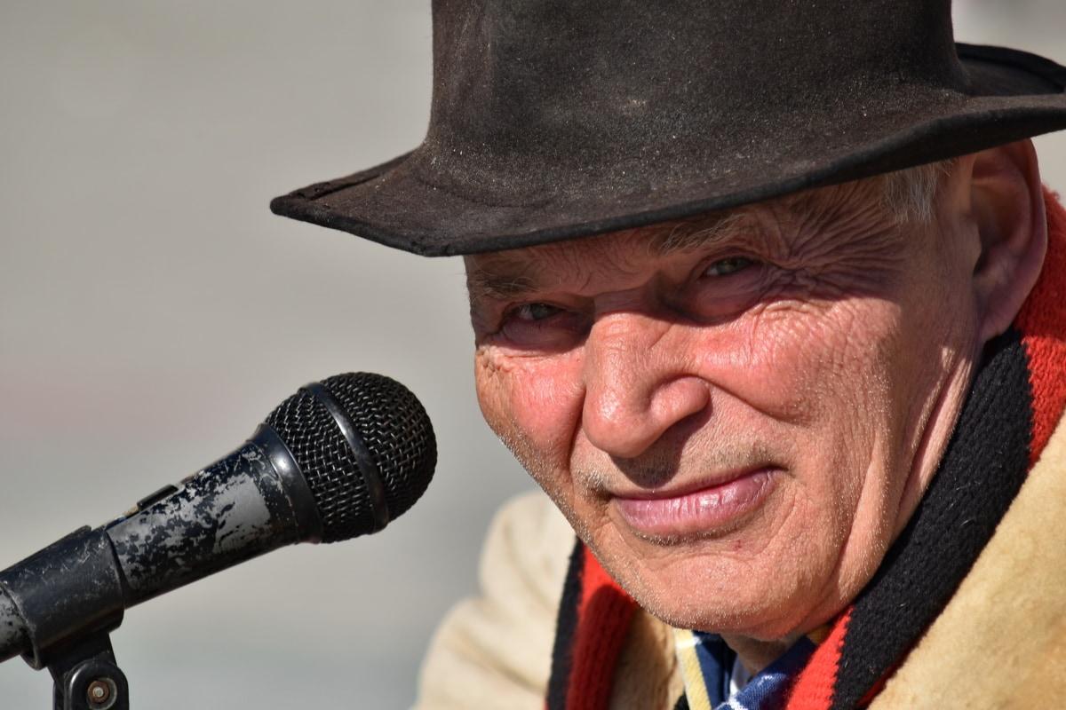 zaufanie, starszy, twarz, mężczyzna, mikrofon, muzyk, Wykonawca, mówiąc, zmarszczek, Muzyka