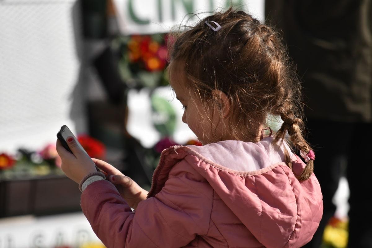 trẻ em, Internet, điện thoại di động, Cô bé xinh đẹp, điện thoại không dây, đường phố, người phụ nữ, Cô bé, Dễ thương, ngoài trời