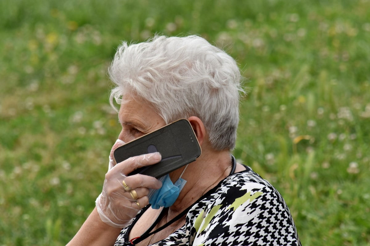 coronavirus, äldre, ansiktsmask, handskar, Mormor, mobiltelefon, porträtt, telekommunikation, trådlös telefon, kvinna