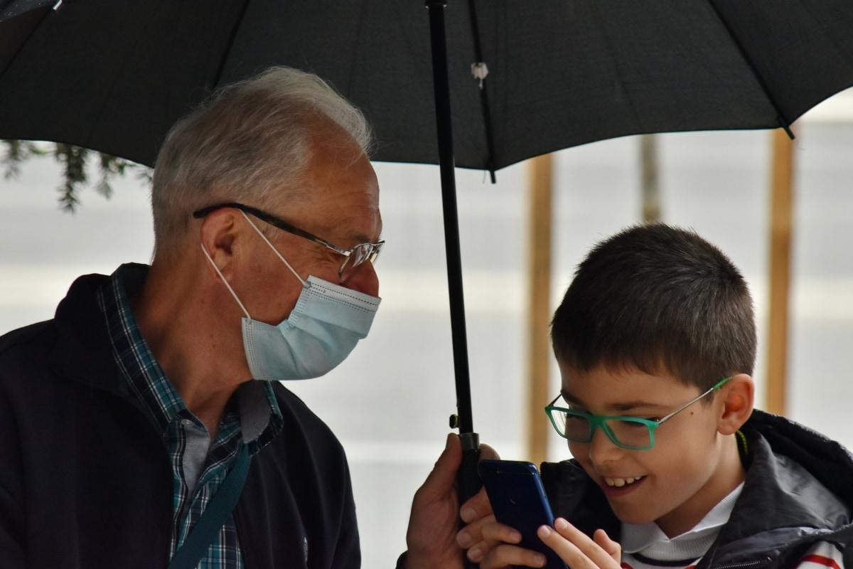 kommunikasjon, COVID-19, briller, ansiktsmaske, bestefar, barnebarn, lykke, mobiltelefon, smil, sammen
