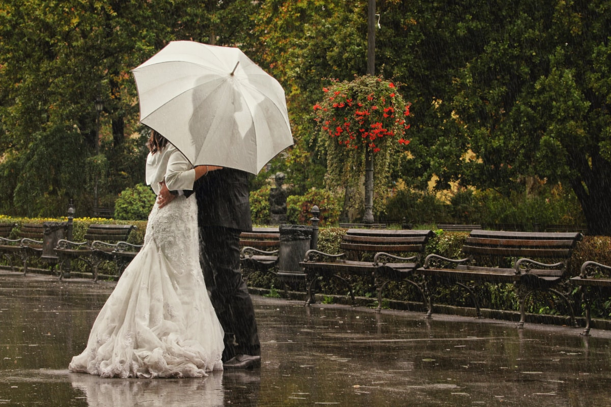 angažman, ljubav, park, kiša, romantično, zajedništvo, kišobran, vjenčanje, haljina, ljudi