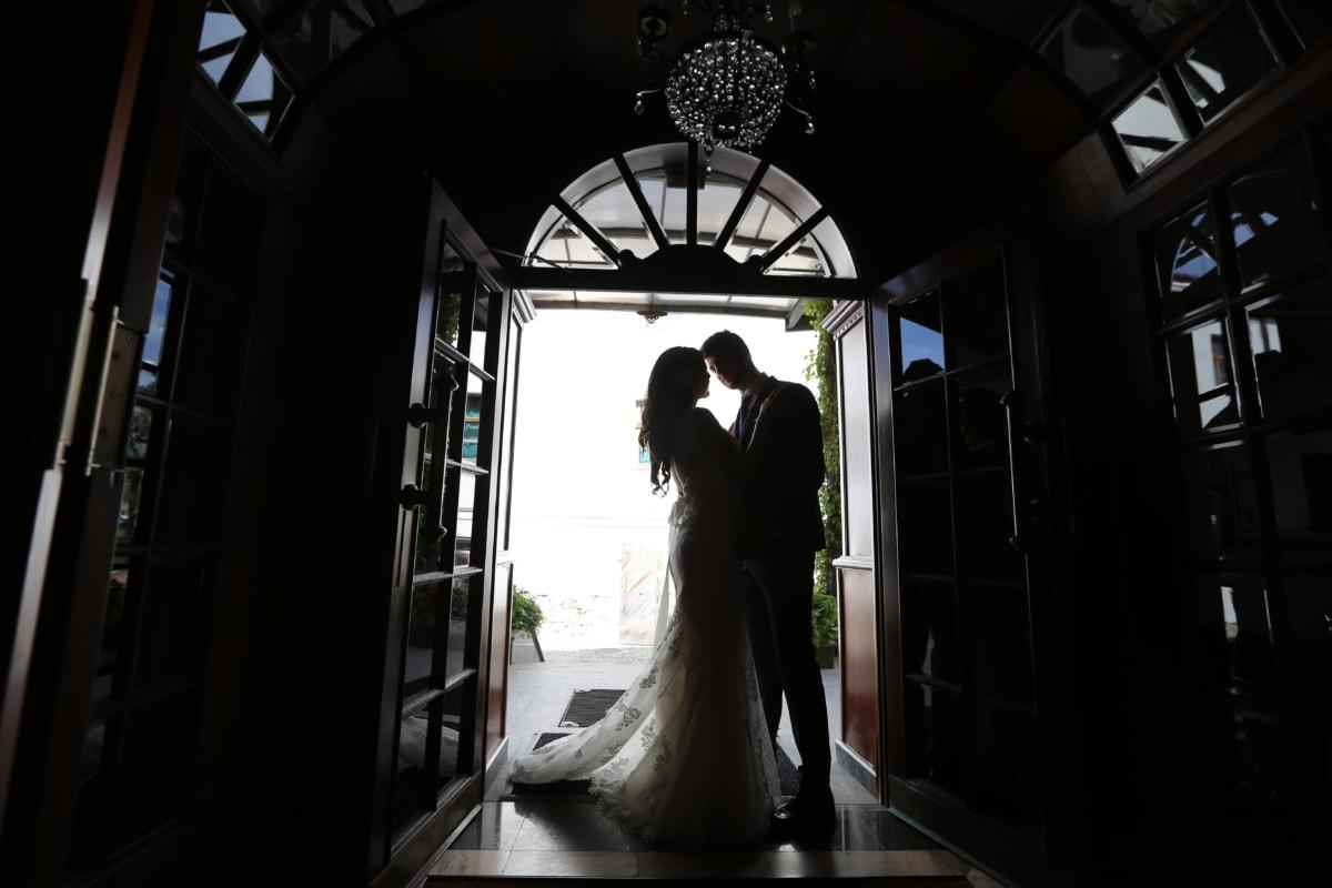 Braut, Kronleuchter, Eingang, vor der Tür, Tor, Bräutigam, Kuss, Silhouette, Kleid, Hochzeit