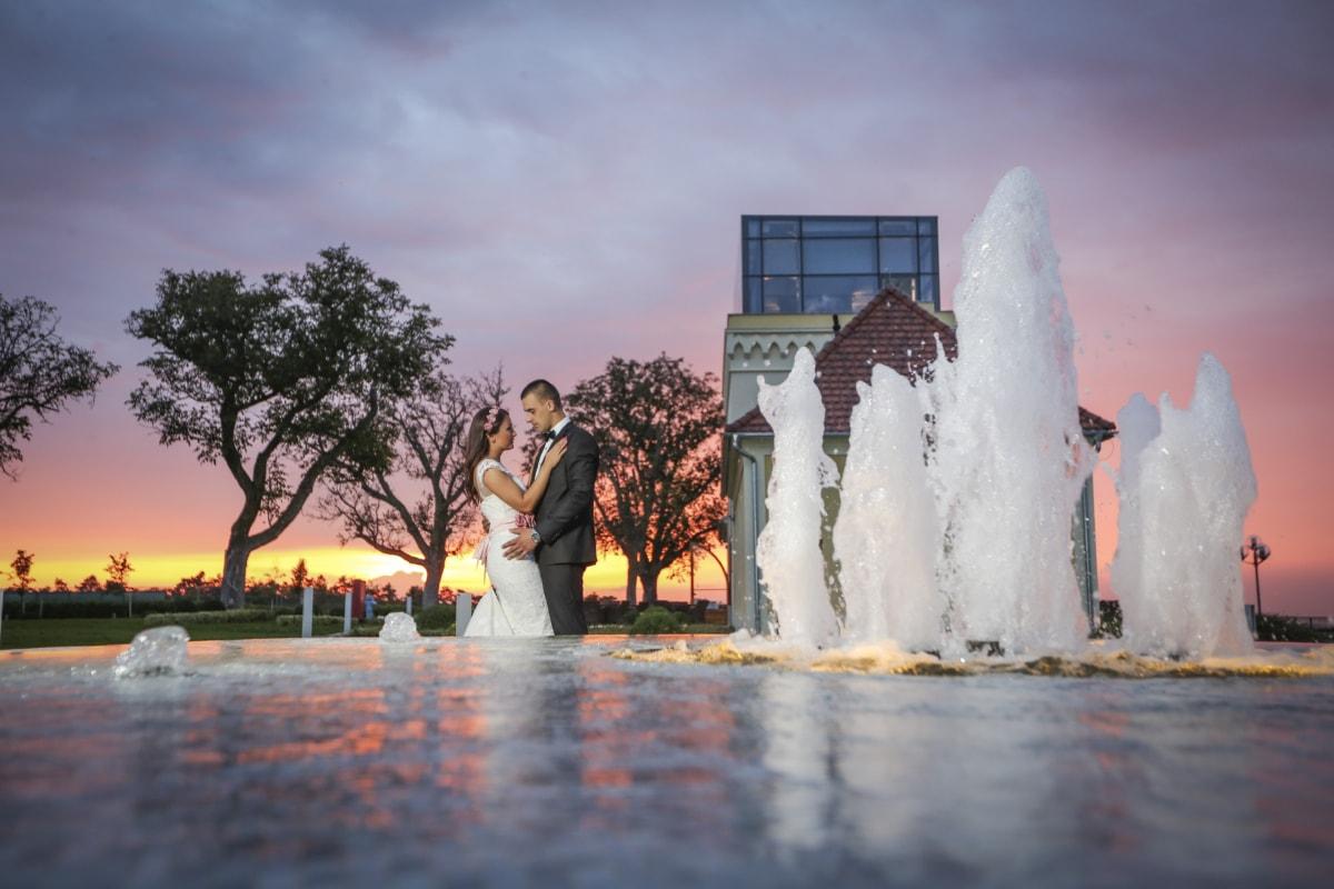 nevesta, ženích, západ slnka, fontána, štruktúra, voda, ľudia, žena, vonku, svitania