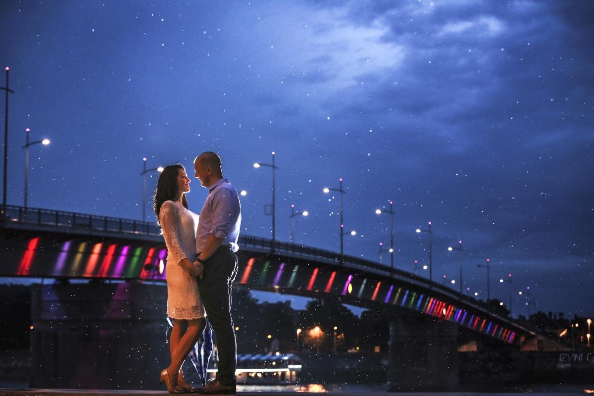 novio, puente, paisaje urbano, noche, novia, abrazo, beso, luz de la luna, noche, lluvia
