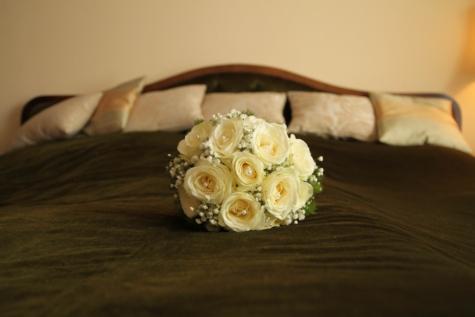 krevet, spavaća soba, deka, jastuk, namještaj, zid, ruža, cvijet, buket, ruža
