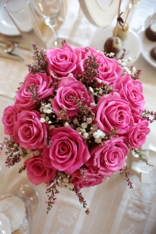 arrangement, bouquet, dining area, glassware, interior decoration, pinkish, tablecloth, roses, rose, romance