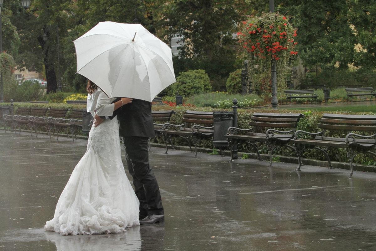 špatné počasí, objetí, Polibek, déšť, romantický, oblek, svatba, svatební šaty, nevěsta, deštník
