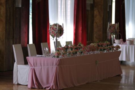 촛대, 커튼, 식사 공간, 빈, 실내 장식, 그림자, 테이블, 구조, 제단, 인테리어